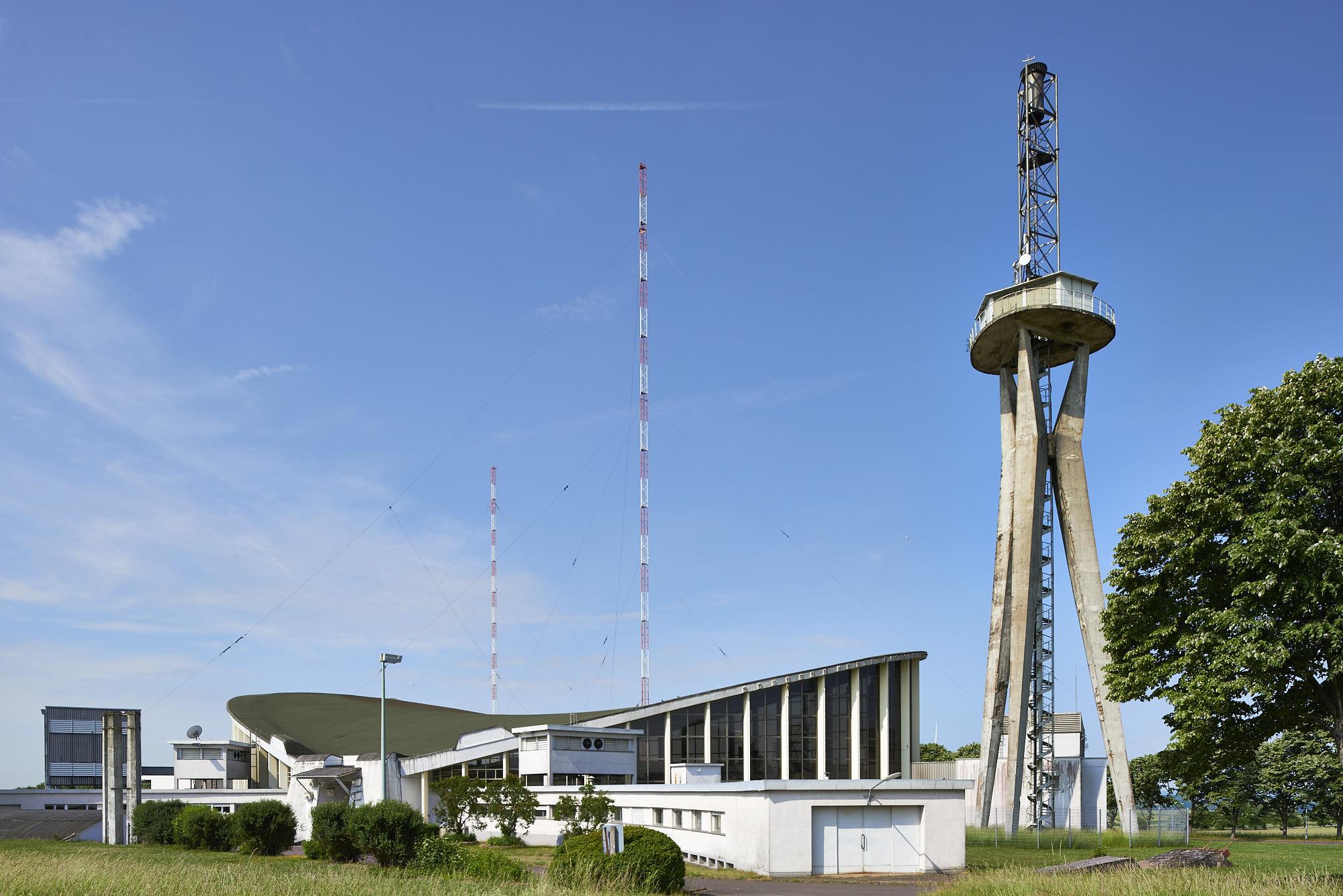 Ansicht des Gebäude-Ensembles mit Sendeturm von Osten © Marco-Kany