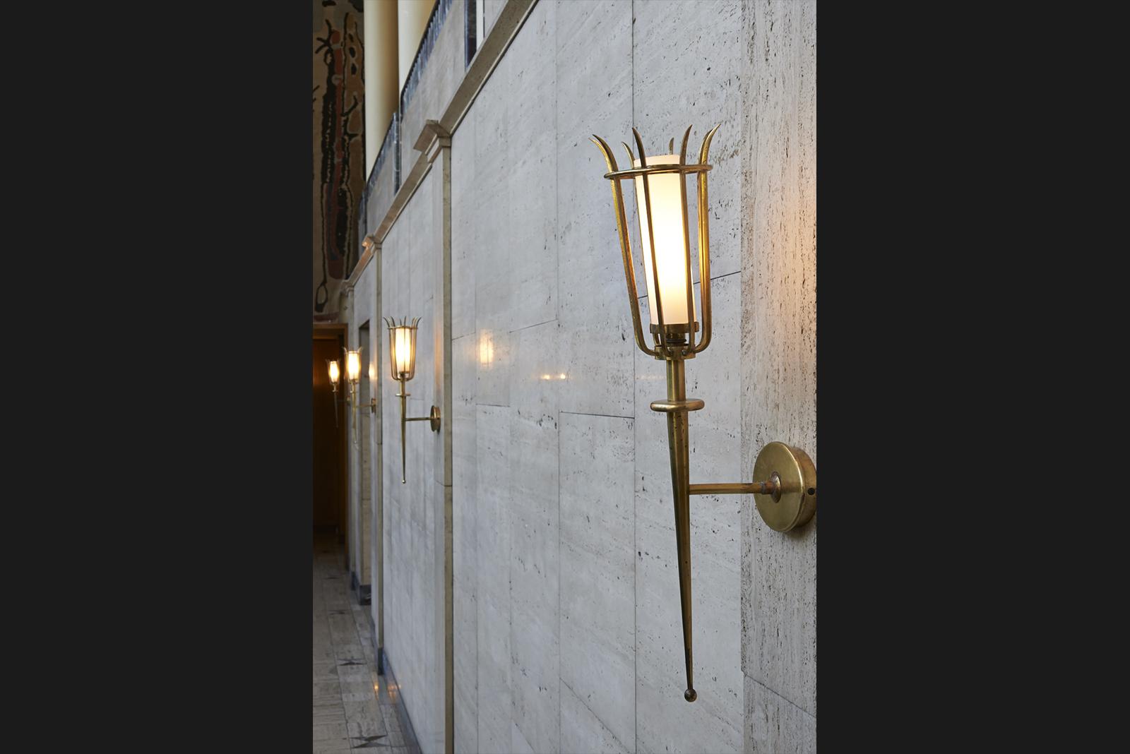 Kandelaber im Foyer der Ehrenhalle Treppen-Detail und Gebäudemodell in der »Hall d'honneur« © Marco Kany